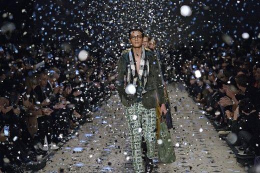 """Eindrücke von den London Collections Men: Der Burberry-Mann mag es romantisch, """"Classically Bohemian"""" nennt es Creative Director Christopher Bailey. Ein feingeistiger Hornbrillenträger ist dieser Mann, auch auf Reisen stets gut gekleidet."""
