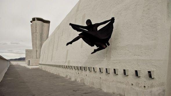Corps immaculé et femme athlétique exposés à l'impact de la nature, une beau symbole de la puissance physique et de la force des idées. La photographe Maria Rutkowska a voulu, à travers cette série Balance, associer danse contemporaine et architecture monumentale de Le Corbusier.