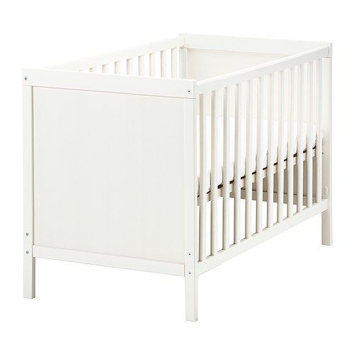 Babybett - Der Bettboden kann in zwei Höhen montiert werden. Eine der Bettseiten lässt sich abnehmen, damit das Kind selbst ins/aus dem Bett klettern kann.