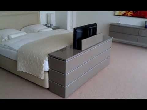 Een TV lift meubel aan het voeteneinde van het bed, op maat gemaakt. Afmetingen meubel: H 650mm D 350mm B 1750mm