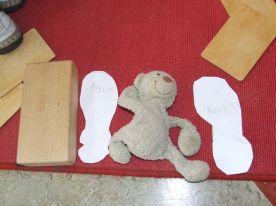 Ik trek mijn schoen om en knip het uit. Wie heeft er grotere voeten? Wat is er evengroot als mijn schoen?