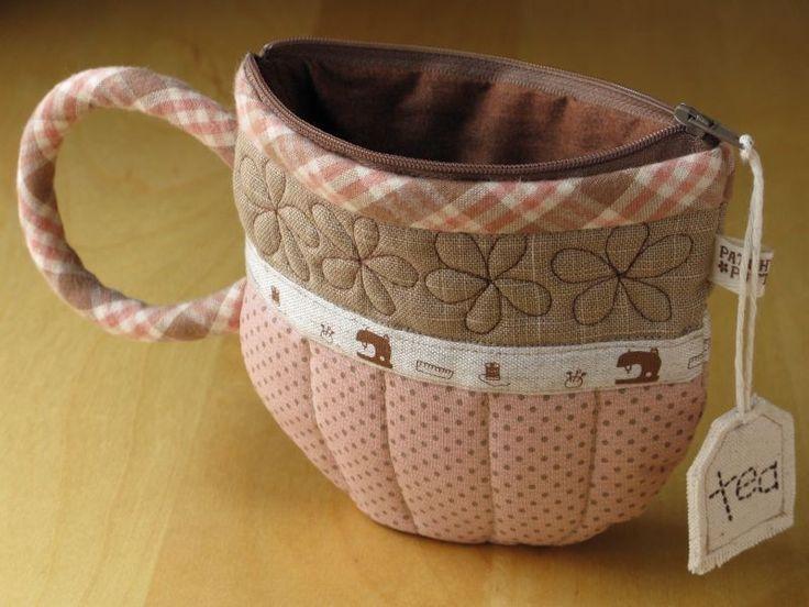 Mettez y quelques sachets de thé dedans pour le voyage !!! Lien pour la réalisation : http://kerouezee.over-blog.com/5-categorie-10634510.html Service à thé: la théière . 1ére étape: préparer le patron. Le diamétre de la théière est de 19cm. Le carreau...