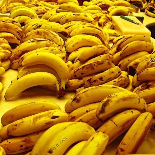 24 usi della buccia di banana che non conoscevate:Per pulire le scarpe,Per pulire l'argenteria,Come fertilizzante per le piante,Per sbiancare i denti,Per una maschera per il viso,Per ridurre le irritazioni o il prurito: quando vi punge una zanzara....