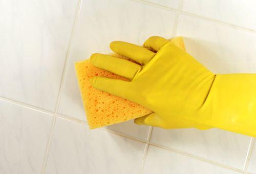 Comment nettoyer les joints de la salle de bain ? Vos joints de carrelage de la salle de bain sont noirs ou moisis ? Pour éviter ce problème et blanchir les joints, découvrez ces 7 astuces de grand-mère.