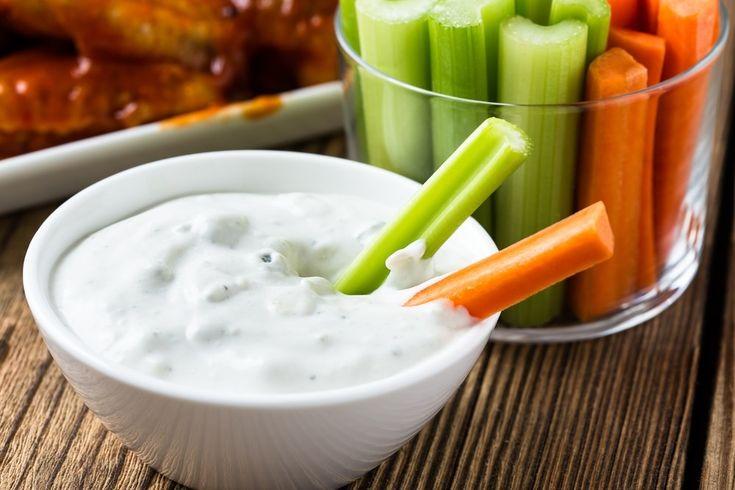 Palitos de zanahoria con queso batido 0% de grasa. Preparación: Al queso batido 0% le picaremos un dientecito de ajo, una cebolleta y un poco de perejil para añadirle un sabor mediterráneo, y con una zanahoria cortada en palitos mojaremos en el preparado de queso.
