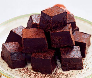 Dessa sötsega fudge brownies är grymt vuxengodis till kaffet med kraftig chokladsmak. De är helt fria från gluten, mjölk och ägg. Lätt att göra många av och förvara i frysen.