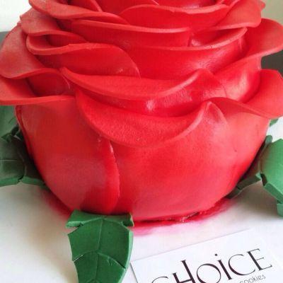 """Τούρτα Κόκκινο Τριαντάφυλλο... Ένα ξεχωριστό δώρο για τους ξεχωριστούς ανθρώπους της ζωής μας. """"Ένα μοναδικό τριαντάφυλλο μπορεί να είναι ο κήπος μου… ένας μοναδικός φίλος, ο κόσμος μου... (Leo Buscaglia)"""" #choice #handmade #handpainted #birthday_cake #all_edible #rose #happy_moments #family #friends #love #choicecomgr ❤️❤️❤️"""