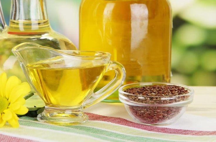 Льняное масло подходит для лечения псориаза, экземы, угревой сыпи, дерматитов