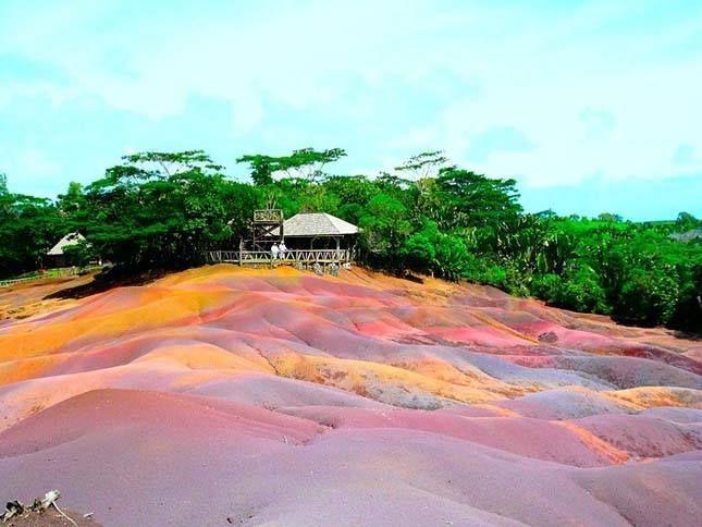 Mauritius hét színű földje  A Chamarel-vízeséshez mellett, Chamarel falu közelében látható a színes természeti jelenség, a Hétszínű Föld. Mauritius legnagyobb vízesése, több mint 100 méterről zuhan le. A Chamarel-vízesés közelében egy kisebb területen a homokdűnék teljesen természetes módon hét különböző színben pompáznak: piros, barna, lila, zöld, kék, bordó és sárga váltja egymást.