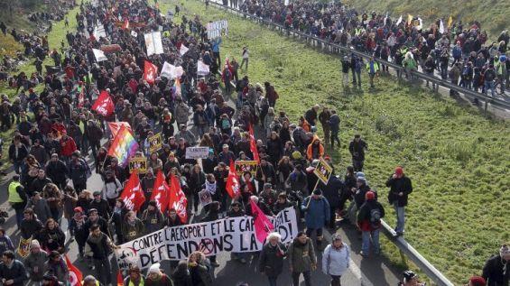 Francia: 15 mil personas marchan contra un aeropuerto por su impacto ecológico - http://verdenoticias.org/index.php/blog-noticias-medio-ambiente/102-francia-15-mil-personas-marchan-contra-un-aeropuerto-por-su-impacto-ecologico