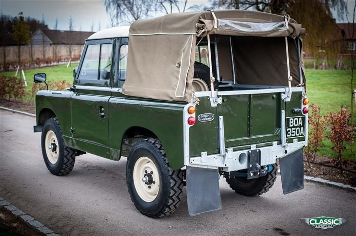 Land Rover 88 Serie II A Pick-up soft top canvas in classic green and white roof cabine. Lobezno