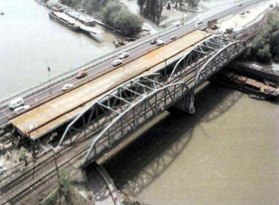 Csepel-Szigetcsúcs (2012 végéig Szigetcsúcs) Budapest egyik városrésze a Csepel-szigeten, a XXI. kerületben A Csepel-sziget legészakibb részén fekszik, a neve is ebből ered.  Határai a Ráckevei Duna a Kvassay hídtól, Bolgárkertész öböl és meghosszabbított vonala, Weiss Manfréd út, Petróleum utca és a Duna folyam a Kvassay hídig. A Kvassay híd és az 1951-ben mellé épített gyorsvasúti híd, amit ma a H7-es (Csepeli) HÉV használ