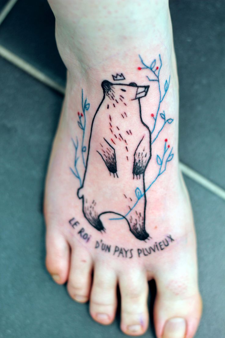 Crown tattoo on tumblr - Bear With A Crown And Twigs With Text Tattoo On The Foot Le Roi D Un Pays Pluvieux French Roughly Translates To The King Of A Rainy Country
