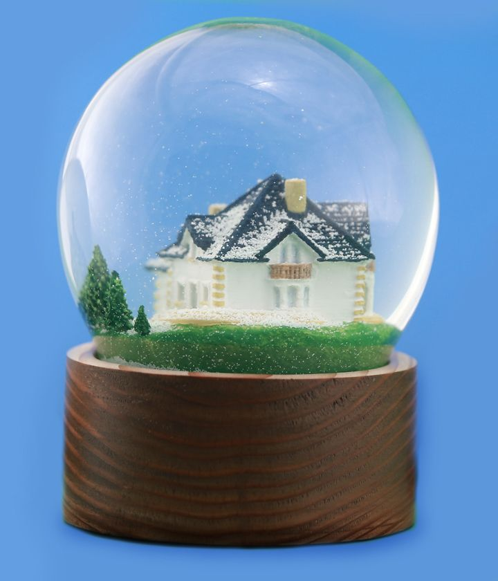 Szklana śniegowa kula z modelem domu jednorodzinnego w środku. Drewniana podstawka ręcznie toczona.  Glass snow globe with the model of a detached house in the centre. Wooden stand by hand woodturning.
