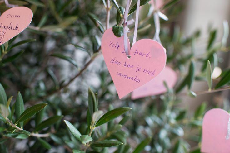 Een hartjesboom vol wensen van je gasten #gastenboek #bruiloft