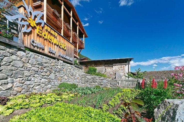 Das Ökohotel Edelweiss ist ein Hotel in dem Tradition und Modere nahtlos ineinander übergehen. Unser Hotel Edelweiss liegt auf 1700m direkt an den Lanlaufloipen von Schlinig. Neben einem Panoramablick auf die Berge bieten wir ein familiengeführtes Hotel mit traditionellem Restaurant.