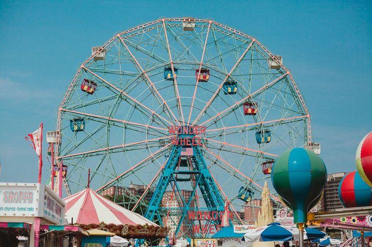 New York; Coney Island, karuseller och knallblå himlar.