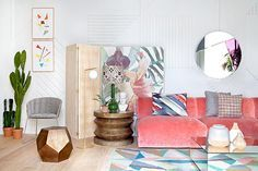 Un salón ecléctico con un sofá de terciopelo rosa · An eclectic living room with a velvet pink sofa - Vintage & Chic. Pequeñas historias de decoración · Vintage & Chic. Pequeñas historias de decoración · Blog decoración. Vintage. DIY. Ideas para decorar tu casa