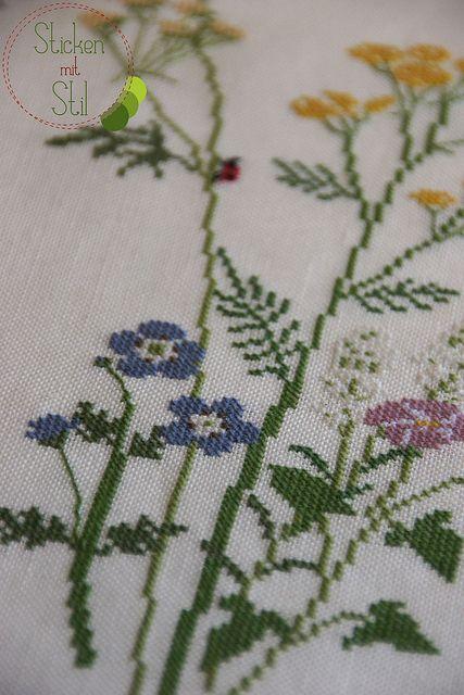 Tischdecke Blumenwiese Marienkäfer Frosch Kreuzstich Kazuko Aoki / Cross Stitching Table Cloth Flowers Lady Beetle Frog