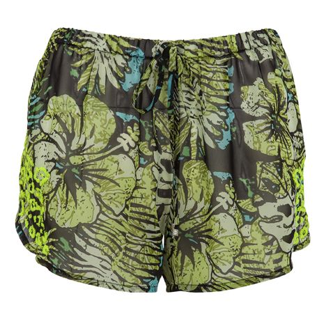 Zöld rövidnadrág, ami ideális viselet vízparton.