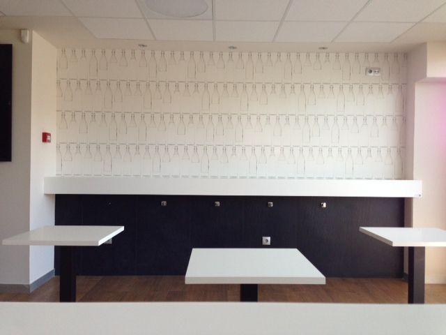 Así queda el empapelado de lejos. Las mesas en blanco y negro...