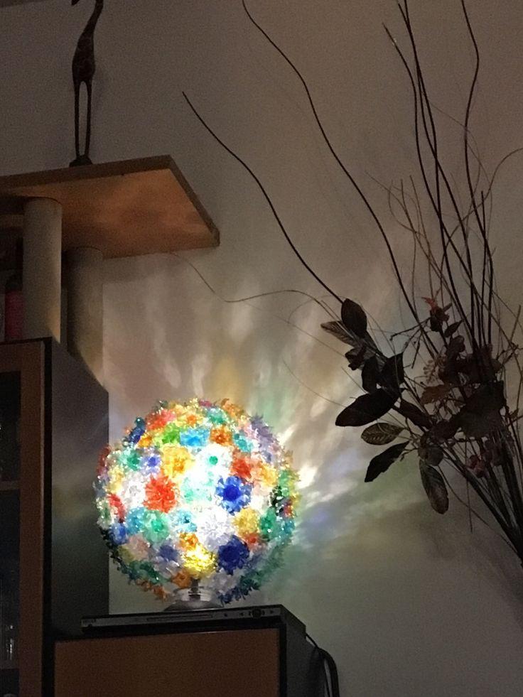 Lampada realizzata con bottiglie di plastica
