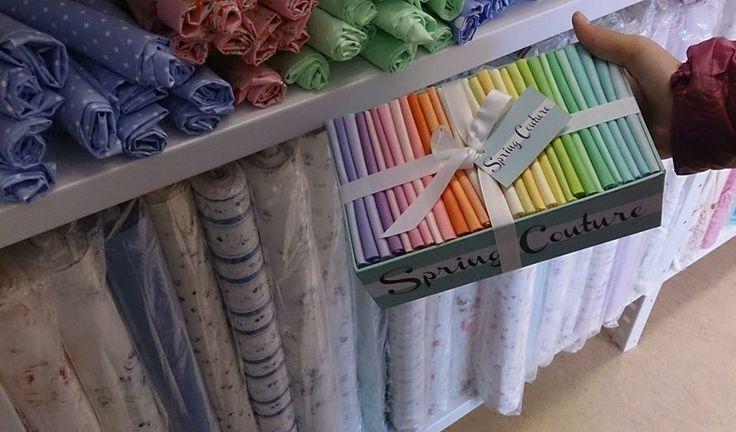 På www.papirgleder.no finner du det du trenger for å lage kort og invitasjoner til konfirmasjon, dåp, bryllup og bursdager! I tillegg har vi masse flotte tekstiler du kan sy quilt, homedecor, klær, gaver m.m. Velkommen innom! Vi har Michael Miller Spring Couture <3