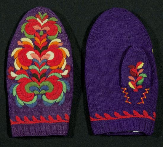 Norwegian, ca. 1850. These mittens are knit with wool and are embroidered with Hallingdal-styel rosesøm using a satin stitch technique. #embroidery #Hallingdal #Needlework