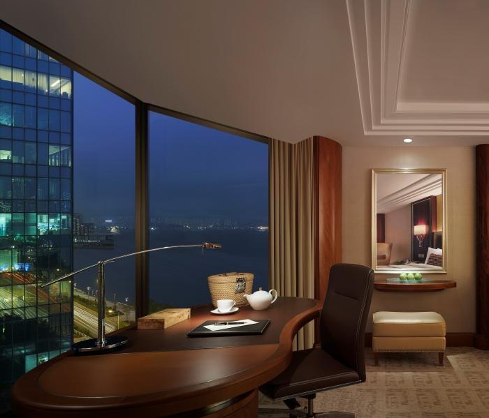 ✔ Giá từ: 7,576,000 VNĐ __________  ★ Số sao: 5 ____________________  ☚ Vị trí: Mody Road, Tsim Sha Tsui East ___________________________ ❖ Tên khách sạn: Kowloon Shangri-La  ∞ Link khách sạn: http://www.ivivu.com/vi/hotels/kowloon-shangri-la-W66594/  ∞ Danh sách khách sạn ở Kowloon: http://www.ivivu.com/vi/hotels/chau-a/hong-kong/kowloon/all/995/