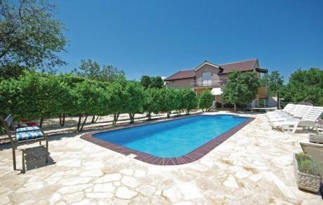 Krivodol  Dit goed onderhouden en ingerichte vakantiehuis is gelegen in het achterland van de Makarska Riviera. Uw accommodatie bestaat uit twee afzonderlijke appartementen (buitentrap) en heeft alle voorzieningen voor een comfortabele vakantie. De ruime appartementen zijn smaakvol ingericht evenals de activiteitenruimte (in de kelder binnentrap). De goed onderhouden tuin met zwembad belooft veel zwemplezier en ontspanning. Op het overdekte terras kunt u genieten van een heerlijke barbecue…