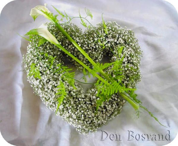 Moederdag - bloemstukje bezorgen aan moeder in de vorm van een hart met bloemen als Calla's en gipskruid