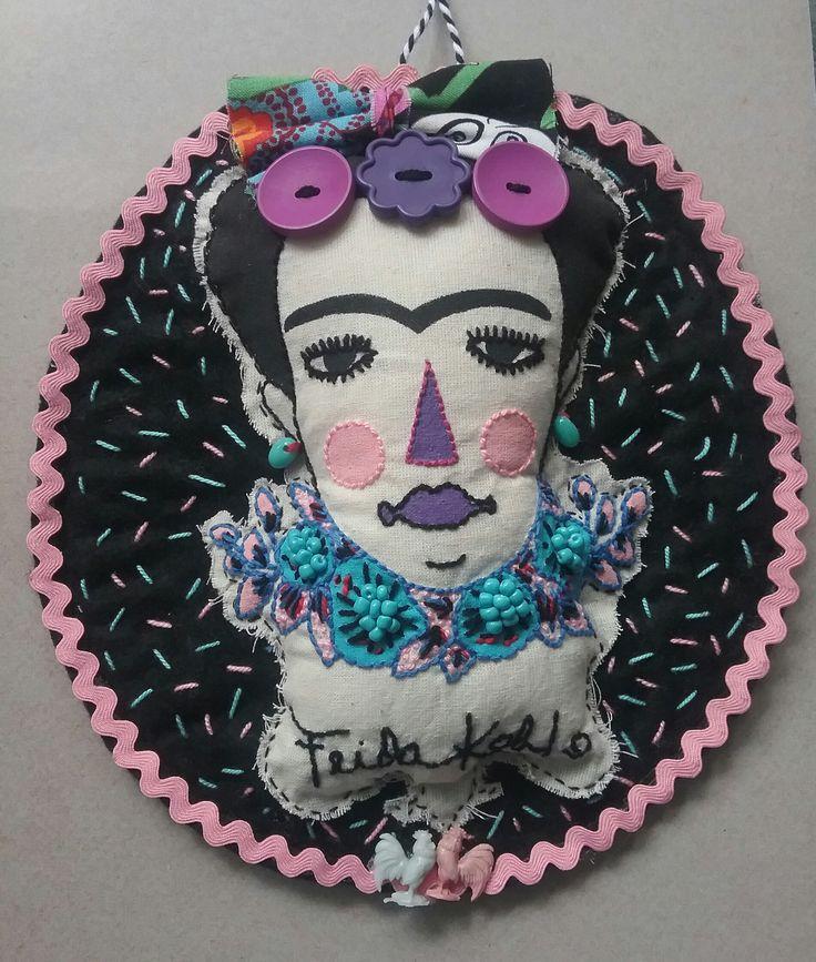 Cuadrito circular de Frida Kahlo para colgar en la pared, pintado y bordado a mano sobre lienzo crudo de algodón y sobrepuesto en fieltro negro