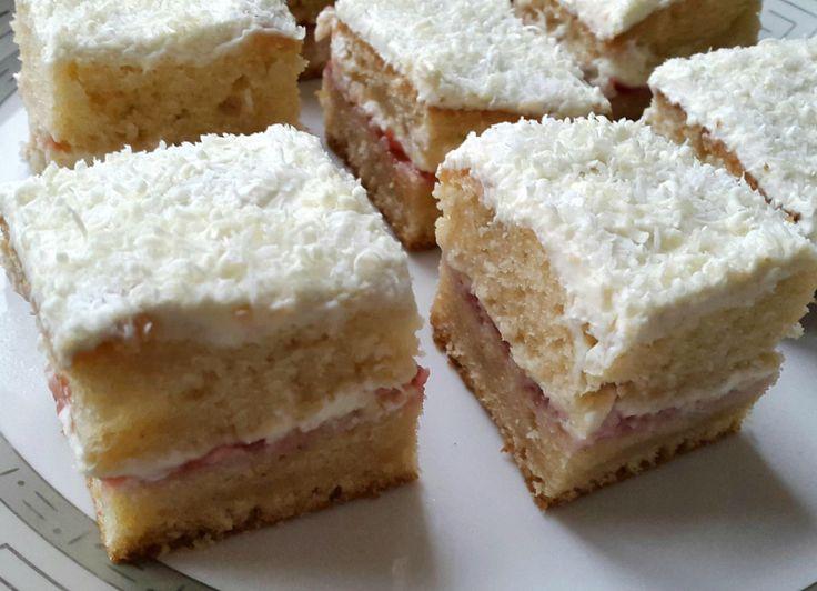 Nog even een keer deze super aanrader: de crème fraîche cake! Mix eerst de eieren met suiker luchtig en voeg dan de olie en melk toe. Mix dit weer goed en voeg het zakje bakpoeder toe.