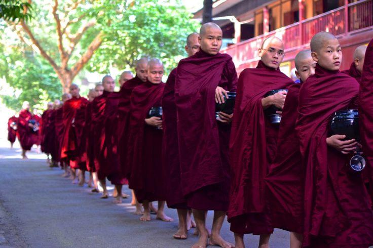 Bonzes au monastère Mahagandayon à Amarapura