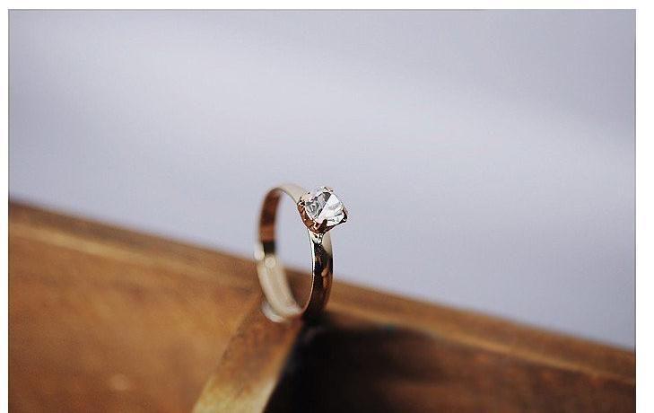Pierścionek biały kryształek