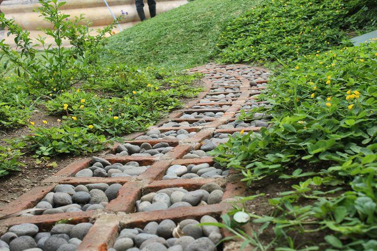 Camino de piedra de canto rodado y ladrillo artesanal for Camino de piedra jardin