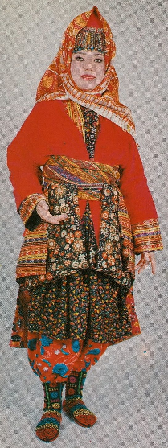 The traditional costume of village women from Karaşar (in the Beypazarı district, 130 km west of Ankara). Clothing style: mid-20th century. Ethnic group: Alevi Türkmen. (Archives of Kavak/Antwerpen).