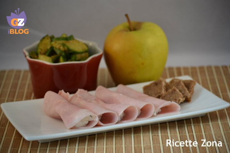 Ottimo pranzo a e blocchi per la dieta zona: prosciutto cotto con ricotta e zucchine, accompagnato da una mela media e da 20 g. di pane di segale.