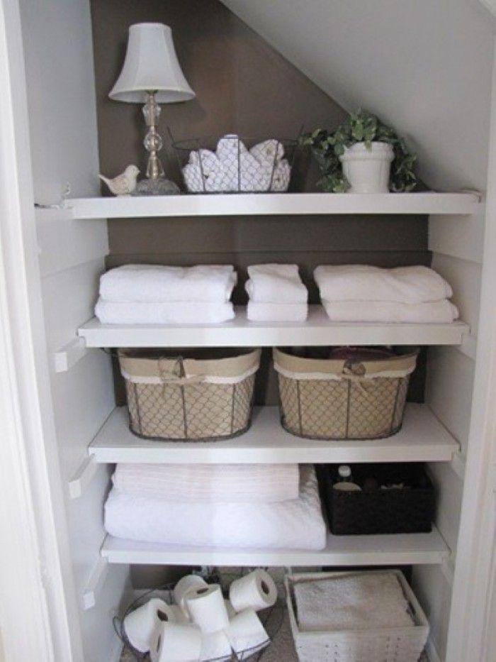 Super Einteilung für ein kleines Badezimmer. So kann man übersichtlich alles auf kleinstem Raum alles aufbewahren