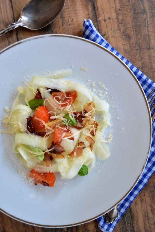 TAGLIATELLE ZONDER PASTA ● Het wordt gedaan binnen een koolhydraatarm dieet en het wordt toegepast in de raw food keuken: tagliatelle, niet van deeg, maar van courgette!  De zachte, romige smaak van de courgette leent zich uitstekend ter vervanging van de normale deegwarentagliatelle.  Bekijk het recept: http://hallosunny.blogspot.nl/2015/08/tagliatelle-zonder-pasta.html