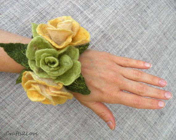 Vilten bloem manchet, voelde rose armband met vilt pols corsage, geel groene Gevilte wol rose, Bruidsmode, Tuin fairy, bosrijke bruiloft.