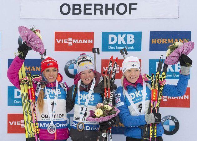 Tři nejlepší závodnice ze sobotní stíhačky: (zleva) stříbrná Gabriela Koukalová, vítězka Marie Dorinová-Habertová z Francie a v cíli třetí Finka Kaisa Mäkäräinenová.