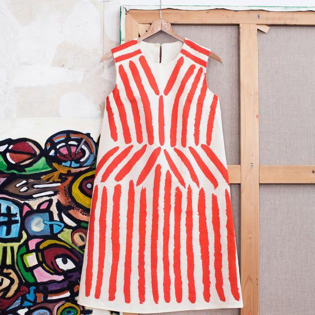 Maak zelf een designer jurk! De Belgische ontwerper Christian Wijnants ontwierp de Nel Jurk voor La Maison Victor en het MoMu Antwerpen waarmee hij een ode brengt aan de schilder Rik Wouters. Hij liet zich inspireren op het schilderij 'Rode Gordijnen' uit 1913, waarop Wouters's vrouw en grote liefde Nel afgebeeld staat met een rood-wit gestreepte jurk. Het resultaat is een katoenen A-lijn jurk met een handgeschilderd lijnenspel dat op een sublieme manier vorm geeft aan het silhouet. Dankzij…