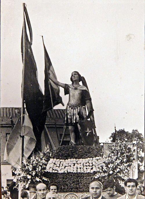Figura del Ángel de Chile a cargo de la cofradía de la familia Benítez, en procesión de 1978, en la capital chilena. Imagen del Archivo d...
