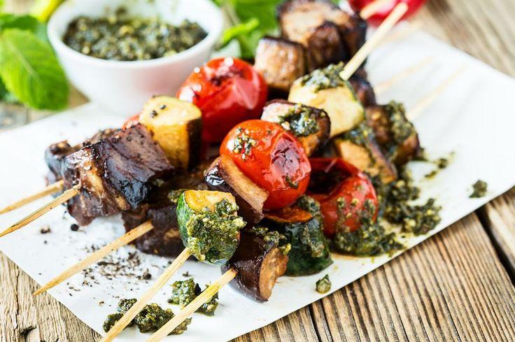 Sağlık habercisi sebzelerin başrolde olduğu bir tarif ızgara sebze... Tahta şişlere sırasıyla dizilen sebzeler, ev yapımı pesto sosla taçlandırılıyor.
