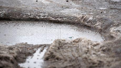 Satele Moldovei SE SCUFUNDĂ ÎN NOROI! Băltoacele inundă localităţile, iar oamenii STAU CU FRICA-N SÂN