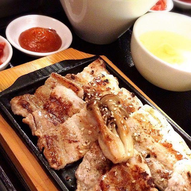 こんにちは! 表参道 韓国料理 COSARI TOKYOです!  鉄板を囲み、ワイワイ楽しく食べるサムギョプサルもランチでお召し上がり頂けます^ ^ ボリューム満点のランチメニューです! 他にも選べる20数種、今日の気分で選んでくださいませ(o^^o) #六本木 #完全個室 #鋳物焼肉 #焼肉 #表参道 #姉妹店 #韓国料理 #個室 #肉フェス #同伴 #個室焼肉 #隠れ家 #マッコリ #大江戸線 #yakiniku #韓国  #肉  #ユッケジャンスープ #石焼ビビンパ #サーロイン #イチボ #カルビ #ロース #ナムル #黒毛和牛 #冷麺 #厳選素材 #ランチ #国産ハラミ #貴重