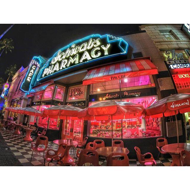Instagram【akina_acnl】さんの写真をピンしています。 《💗🎃💗🎃💗 とってもかわいいpink cafe😘❤ カップケーキやアイスクリームが売ってるよー🍨🍰☕ これは20:30頃。 ゾンビが大量に徘徊している最中😆 * #usj #universalstudious #gopro #goprooftheday #hero4 #goprojp #cafe #café #カフェ #카페 #кафе #pink #nightview #landscape #hollywood #scenery #paisaje #view #travel #trip #journey #art #design #ピンク #夜景 #旅行 #ゴープロ #ゴープロのある生活  #diseño #デザイン》
