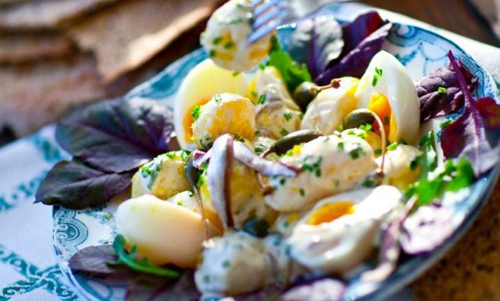 Det är klart att potatissallad smakar bäst med färskpotatis men längtan efter de här underbara sommarsmakerna kan sätta in precis när som under den kalla