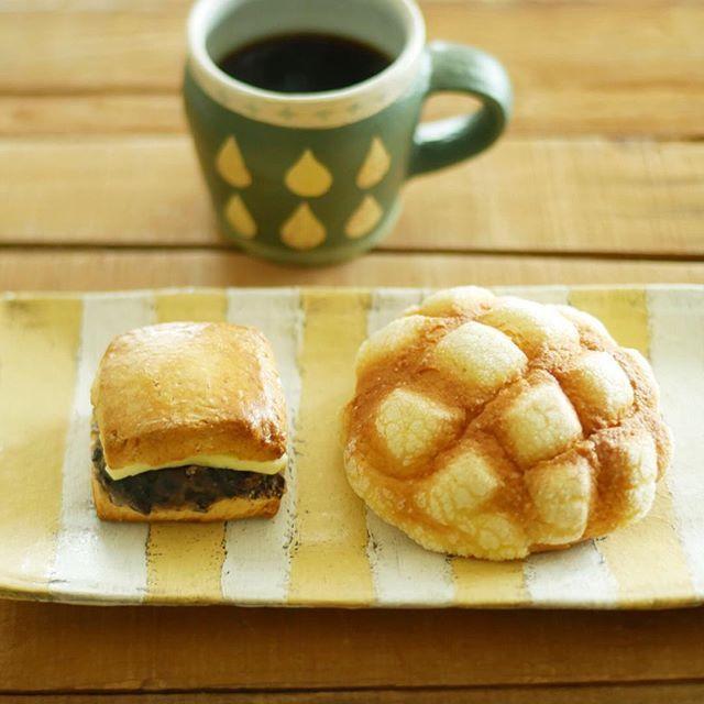 Instagram media by yuhei_21 - これ今日の一回目のおやつ。 一回目、ってコワいね。 友達から差し入れしてもらったホッペパンのあんことバターがサンドしてあるスコーンとまた別の友達から差し入れしてもらったメロンパン。 パンづくしだった。うれPです。 ・ #おやつ #コーヒー #スコーン #メロンパン #hoppepan #増田良平 #東恩納美架 #あんことバター #coffee #instafood #fika #カメラ男子 #スイーツ男子 #甘党男子 #yummy #sweettooth #写真部 #lumix #g7 #lumixg7 #30mmf14 #おやつタイム #写真撮ってる人と繋がりたい #写真好きな人と繋がりたい #yuhei_oyatsu
